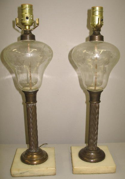 516: PAIR OF OIL LAMPS. Glass fonts with copper wheel e