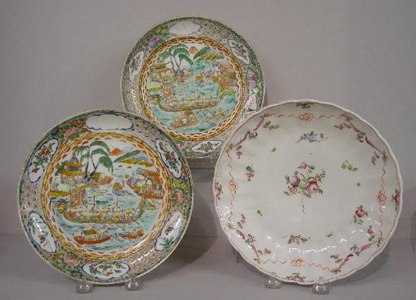 10: THREE ORIENTAL EXPORT PLATES. One pair showing an i