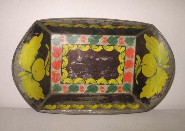 1020: PENNSYLVANIA TOLE TRAY. Bun or apple tray with fl
