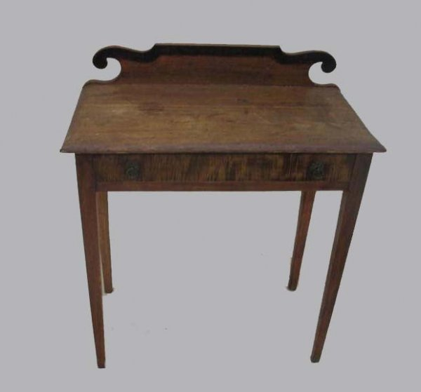 1442: DRESSING TABLE. Small size in pine with curly map