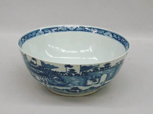 530: ORIENTAL EXPORT BOWL. China, early 19th Century. I