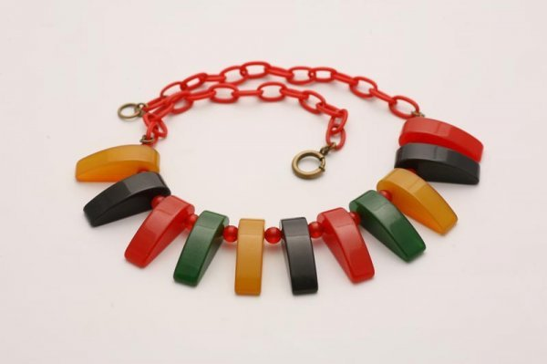 """1001: COLORFUL BAKELITE TOOTH NECKLACE. Eleven """"teeth"""""""