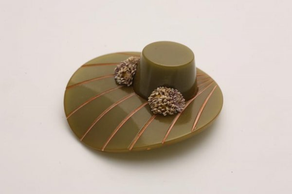 1015: BAKELITE HAT SHAPED PIN. Carved, flared brim with