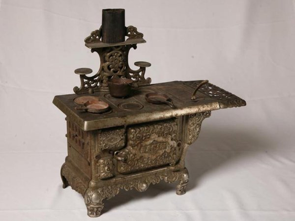 2006: CAST IRON EAGLE TOY STOVE. Come with kettle, two