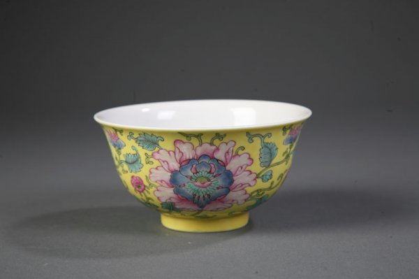 24: PAIR OF CHINESE PORCELAIN BOWLS.