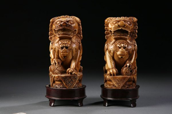 416: CARVED IVORY FOO DOGS.