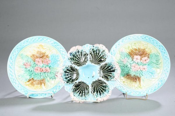 1015: THREE MAJOLICA PLATES. Two plates with matching f