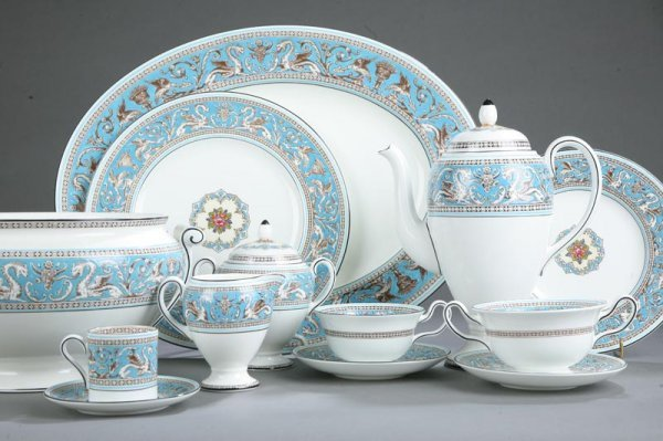 1252: SIXTY-FIVE PIECES OF WEDGWOOD FLORENTINE. Place s