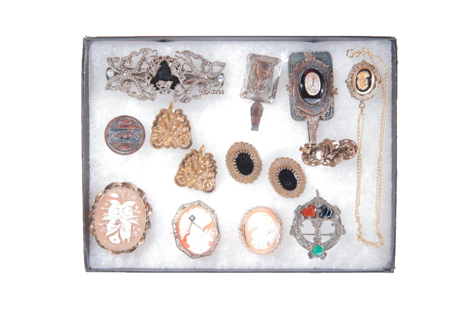 SMALL GROUP OF CAMEOS AND OTHER VINTAGE JEWELRY.