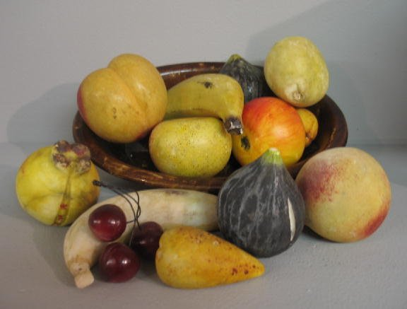24: FOURTEEN PIECES: Thirteen pieces of stone fruit in