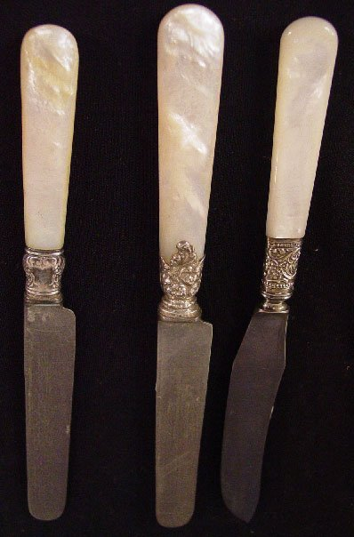 20: TWENTY-TWO MOTHER-OF-PEARL HANDLED KNIVES