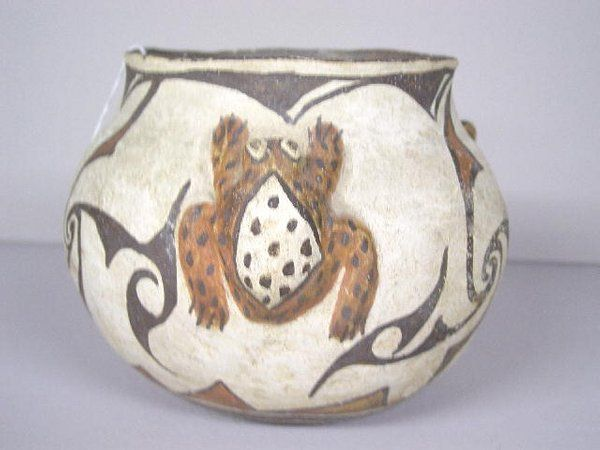 ZUNI PUEBLO FROG JAR. Painted in red och