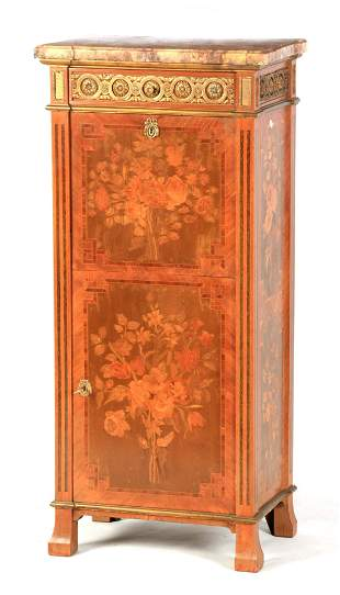 AN EARLY 20TH CENTURY FRENCH ORMOLU MOUNTED MARQUETRY