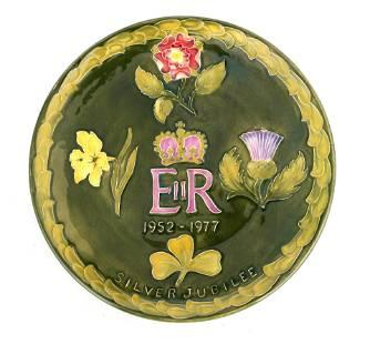 A MOORCROFT 1952-1977 ERII SILVER JUBILEE PLATE de