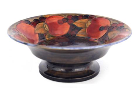 A 1920S WILLIAM MOORCROFT FOOTED FRUIT BOWL WITH E
