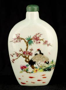 A 19TH CENTURY CHINESE FAMILLE ROSE SNUFF BOTTLE d