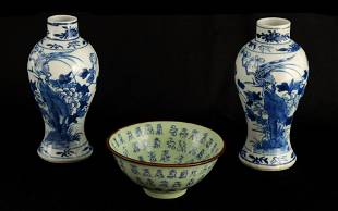 A PAIR OF 19TH CENTURY CHINESE BLUE AND WHITE VASE
