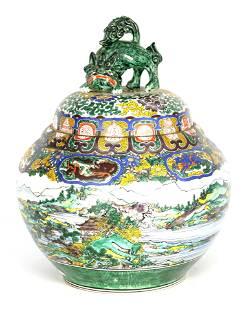 A LARGE CHINESE FAMILLE VERT LIDDED JAR surmounted