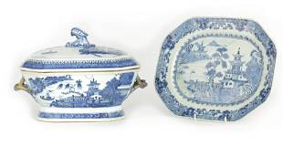 AN 18TH CENTURY CHINESE NANKIN PORCELAIN BLUE AND