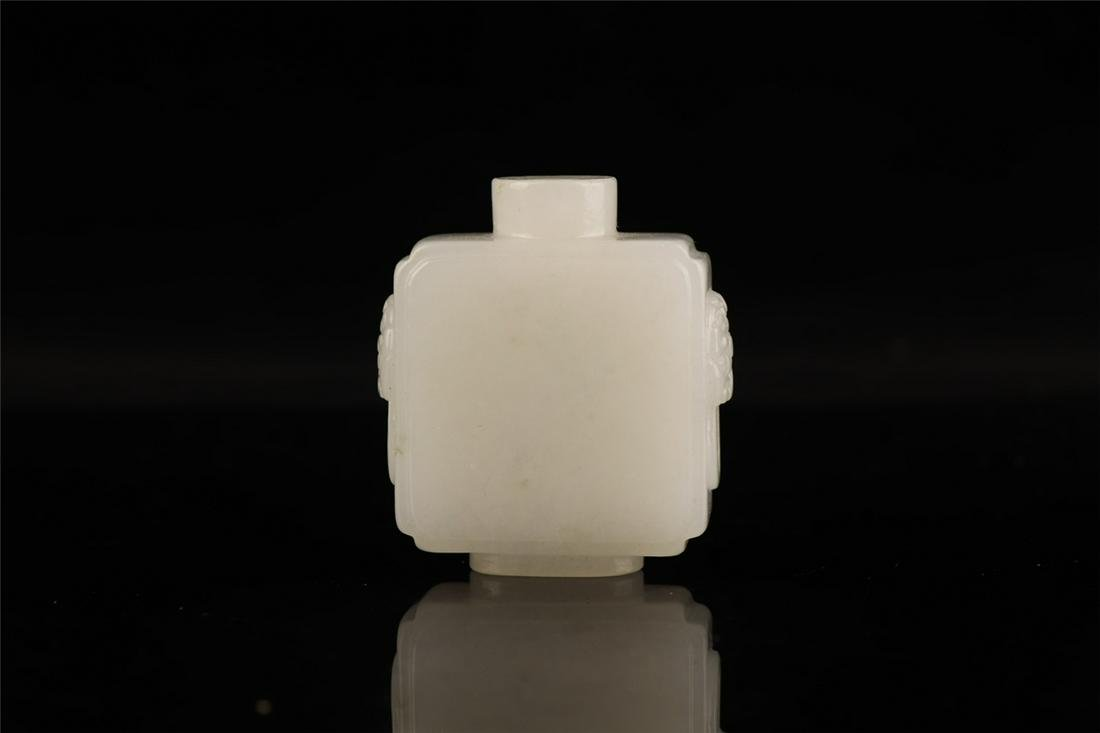 CHINESE WHITE JADE CARVED FIGURE SNUFF BOTTLE QING