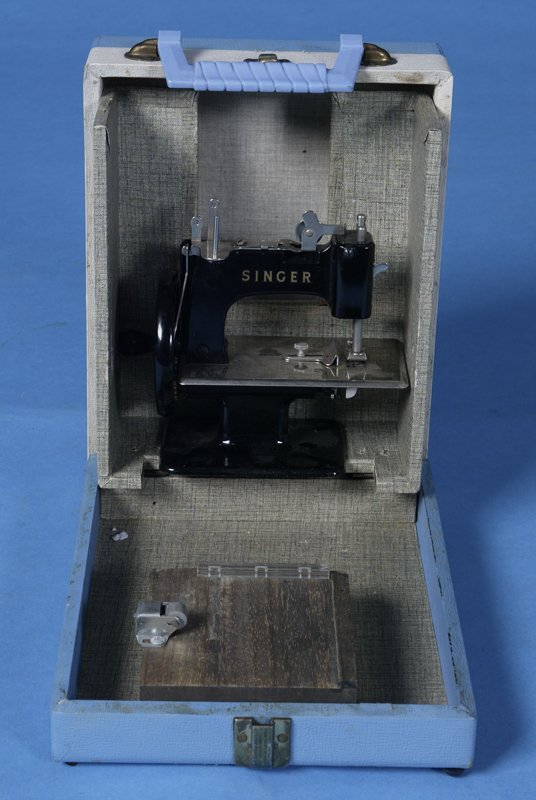 404: Circa 1925 Small Singer Sewing Machine (childs)c