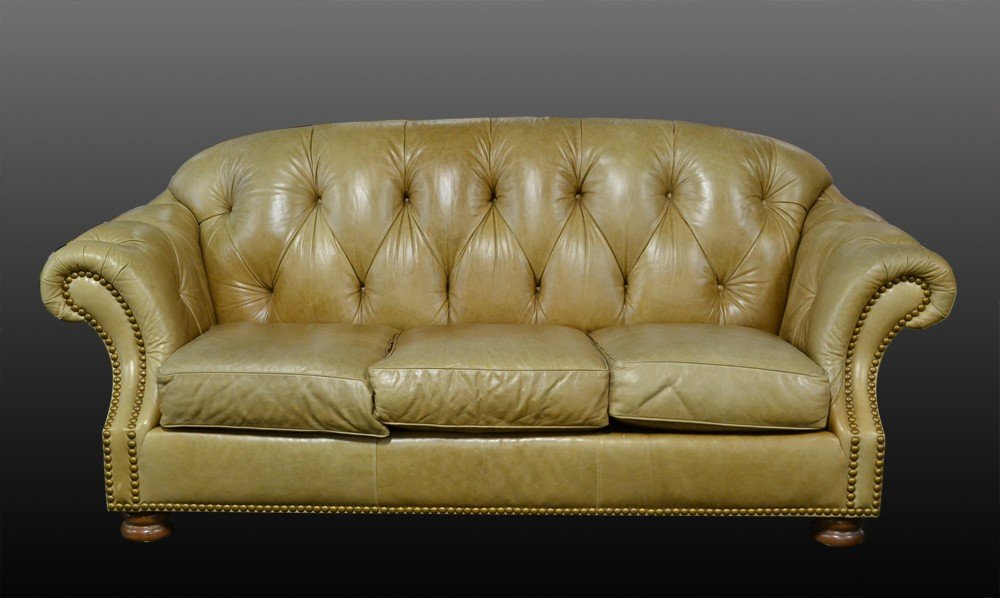526: A Fine Thomasville® Tufted Leather Couch