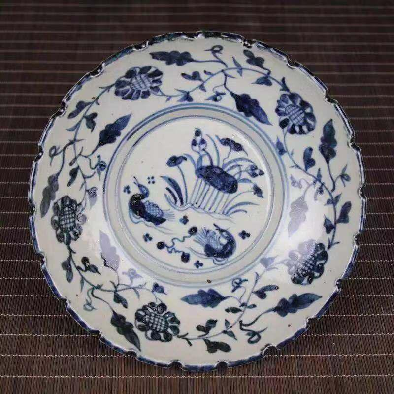 A DAMING MARK BLUE WHITE PORCELAIN PLATE WITH FLOWER