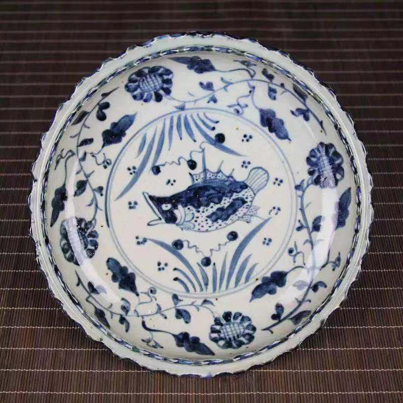 A DAMING MARK BLUE WHITE PORCELAIN PLATE WITH PUFFER