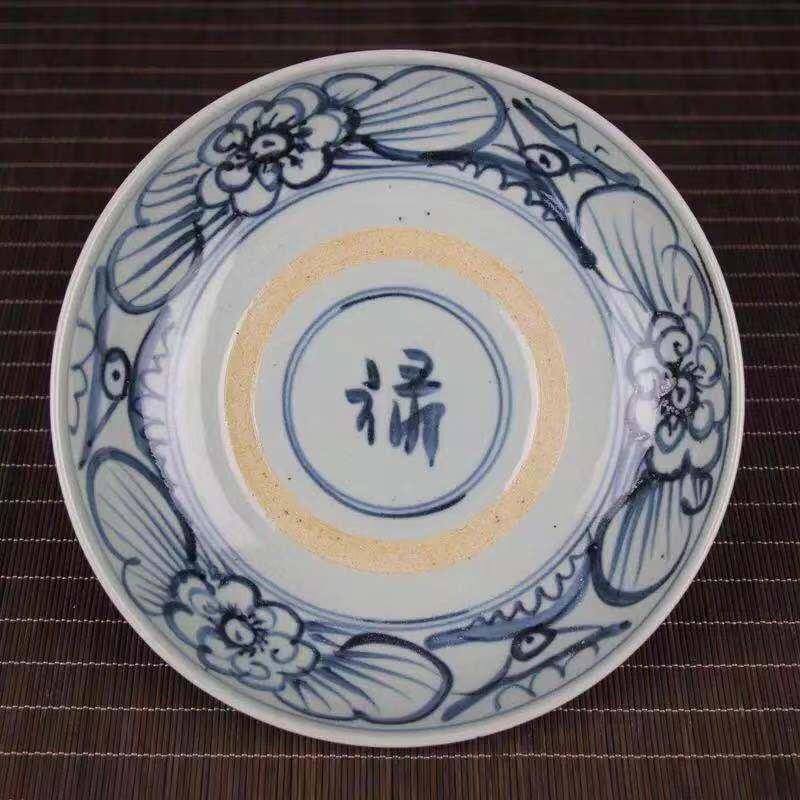 A BLUE WHITE PORCELAIN PLATE WITH FLOWER AND LU PATTERN