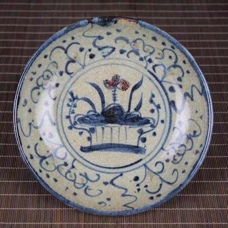 A BLUE WHITE PORCELAIN PLATE WITH LOTUS PATTERN