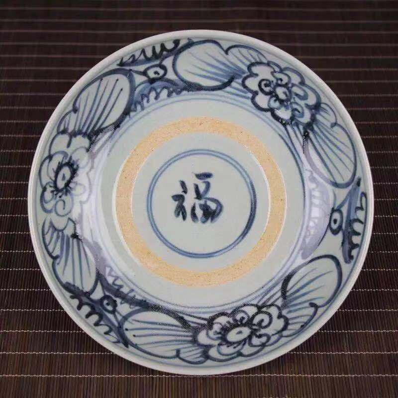 A BLUE WHITE PORCELAIN PLATE WITH FLOWER AND FU PATTERN