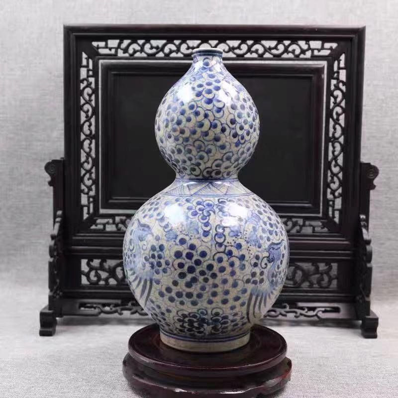 A BLUE WHITE PORCELAIN GOURD SHAPED VASE WITH PHOENIX