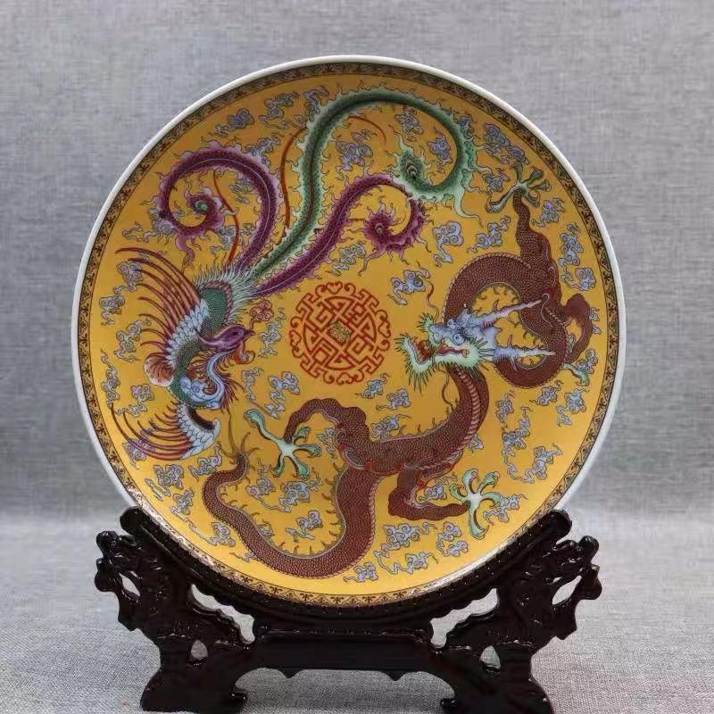 A QIANLONG MARK FAMILLE ROSE PORCELAIN PLATE WITH