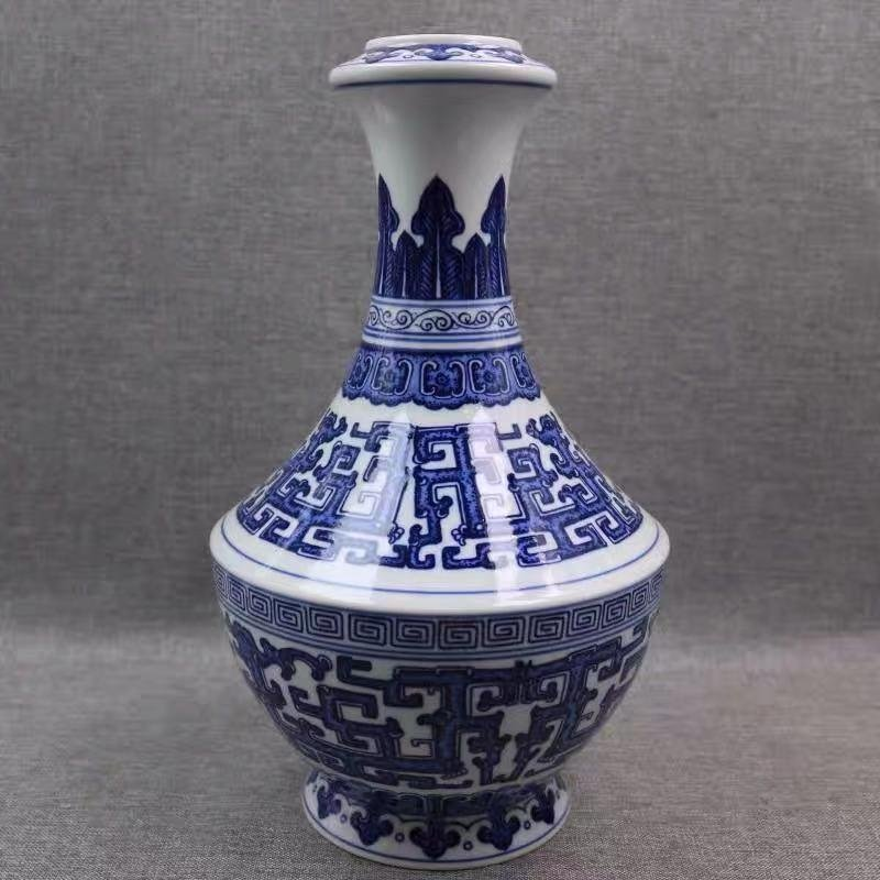 A QIANLONG MARK BLUE WHITE VASE WITH HUI PAINTING