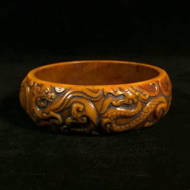 A NATURAL AGATE BRACELET WITH DRAGON CARVING