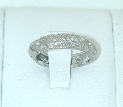 12115: 6057 18KW Gold Ring w/ Diamonds