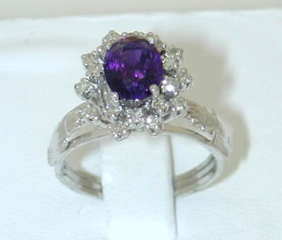 12157: 7020 18KW Gold Ring w/ Amethyst/ Diamond