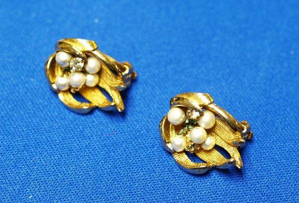 1021:  Estate Pearl Clip On Earrings 1/4''x 1/2''