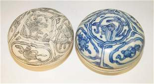 Chinese Two blue-white covered boxes (d. 10.5 cm, h. 6