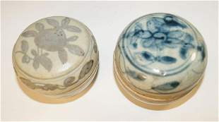 Chinese Two blue and white covered boxes (d. approx.