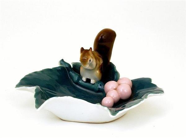 1766: Japanese Fukagawa Relief Squirrel Leaf Dish