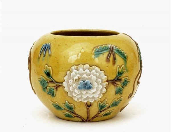 2518: Chinese Sancai Famille Rose Relief Jar Vase