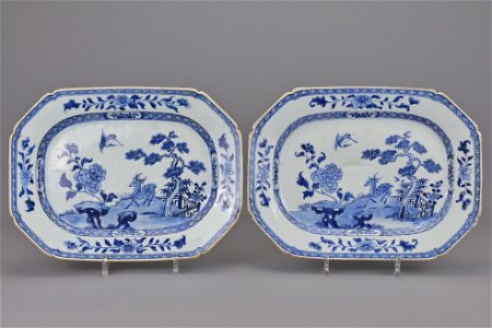 A pair of 18th century chinese blue and white porcelain