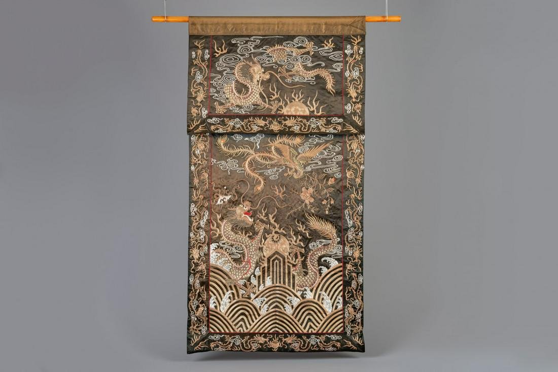 A Chinese silk tapestry with dragons, 19th/20th C.