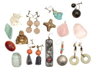 A LOT OF ANTIQUE CHINESE JADE JEWELRY