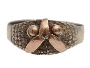 A WOMENS 950 SILVER AND 18K GOLD PATTERN RING