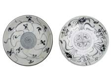 A SET OF TWO ANTIQUE CHINESE PORCELAIN DISHES