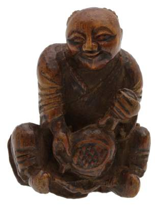 AN ANTIQUE JAPANESE CARVED WOOD NETSUKE
