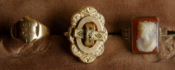 24: 3 Gold Rings Cameo Soldier Brooch