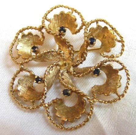 1016: !8K yellow gold sapphire brooch, missing pearl in